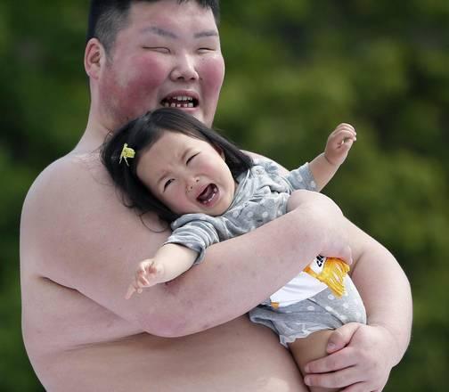 Il pianto di una bimba in braccio ad un lottatore