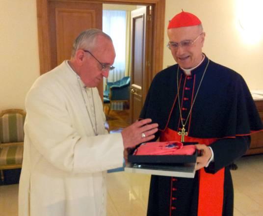 Papa Francesco insieme al segretario di Stato Vaticano, Cardinal Tarcisio Bertone, benedice la Maglia Rosa del Giro dItalia 2013