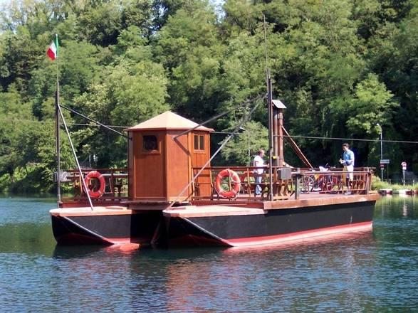 il traghetto di Leonardo che da Imbersago raggiunge Villa d'Adda; l'originale imbarcazione scorre lungo un cavo fissato