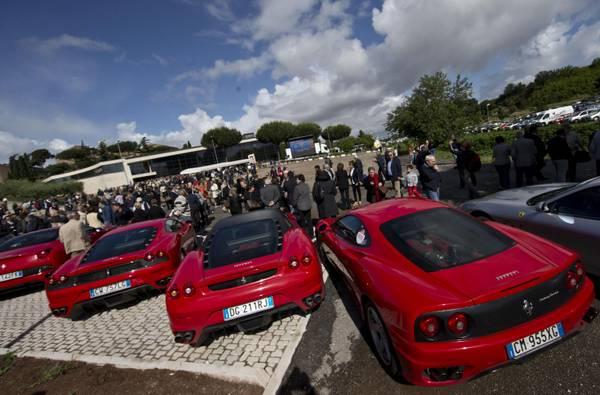 Sfilata di Ferrari rosse all'esterno della Chiesa del Divino Amore