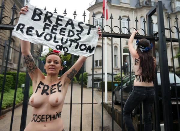 La protesta delle Femen davanti all'ambasciata