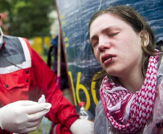 Una manifestante ferita