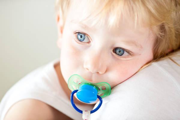 Pulire il ciuccio con la bocca protegge baby da allergie