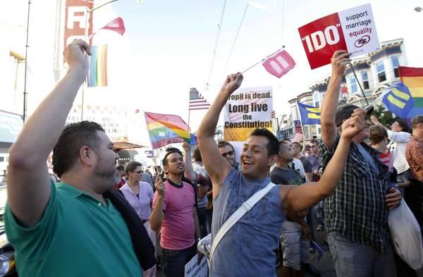Un gruppo di gay festeggia per le vie di San Francisco