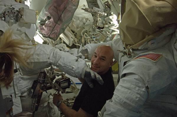 Luca Parmitano si prepara alla seconda passeggiata spaziale (fonte: Luca Parmitano, ESA,NASA)