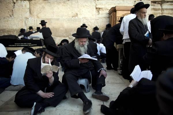 Ebrei ortodossi in preghiera a Gerusalemme - Curiositá - ANSA it