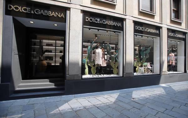 Dolce   Gabbana shops reopen in Milan   Fureur de Mode 2d746485e7