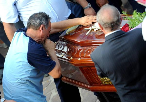 Tra lacrime ed applausi le bare della strage di Monteforte Irpino vengono trasferite  dalla camera ardente a Pozzuoli
