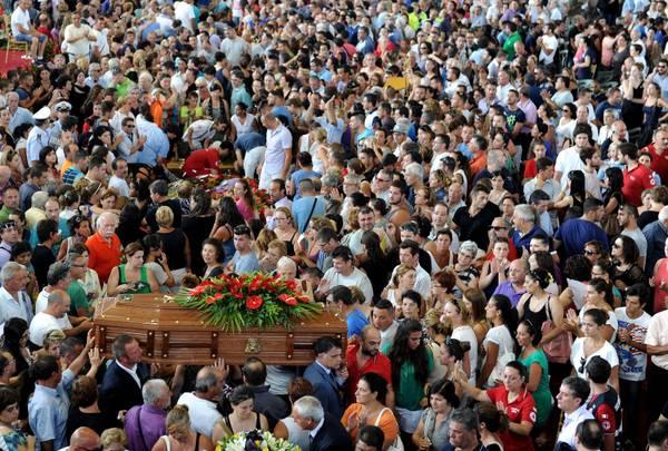 Una veduta dall'alto della cerimonia funebre