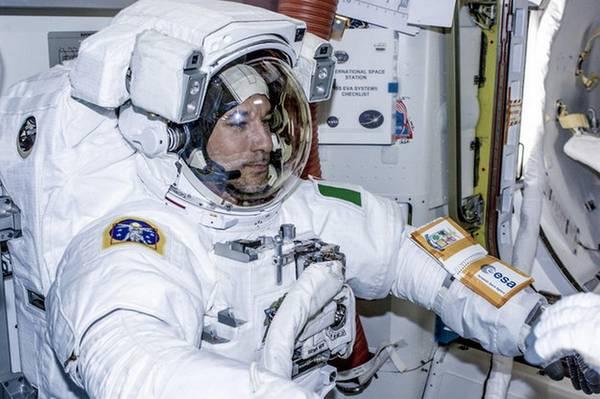 Luca Parmitano si prepara alla passeggiata spaziale, la prima di un astronauta italiano (fonte: ESA)