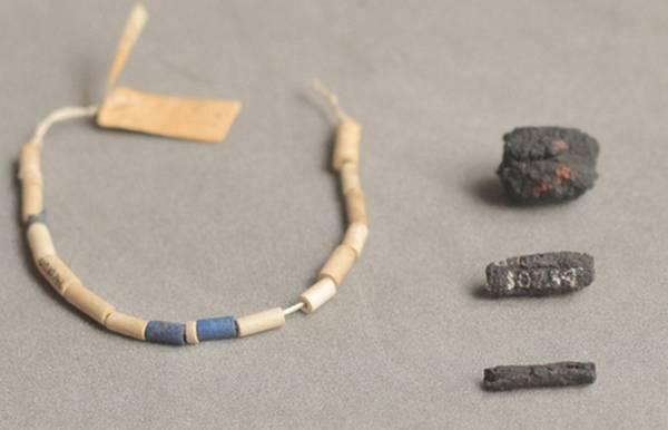 Alcune perline in ferro e una collana che le conteneva (fonte: UCL Petrie Museum/Rob Eagle)