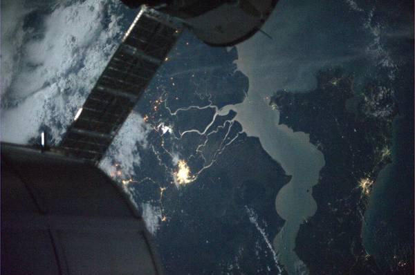 Il riflesso della Luna nei corsi d'acqua del Sud Est Asiatico fotografato dall'astronauta Luca Parmitano (fonte: Luca Parmutano, ESA, NASA)