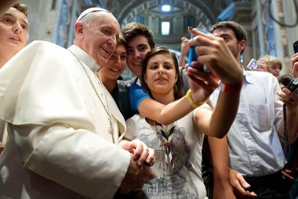 Papa Francesco e gli autoscatti con i ragazzi