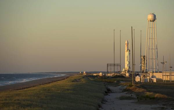 Il lanciatore Antares nella base di Wallops Island. Porterà in orbita la navetta Cygnus
