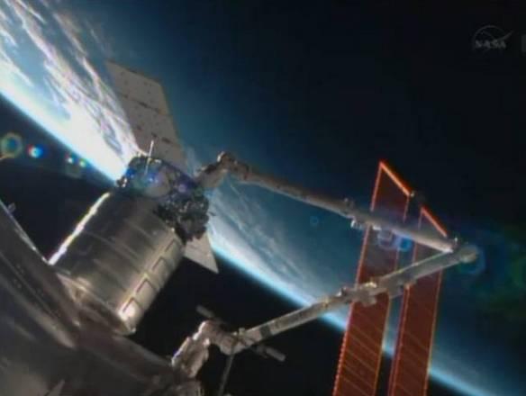 La capsula Cygnus è stata agganciata alla Stazione Spaziale con una manovra condotta da Luca Parmitano (fonte: NASA TV)
