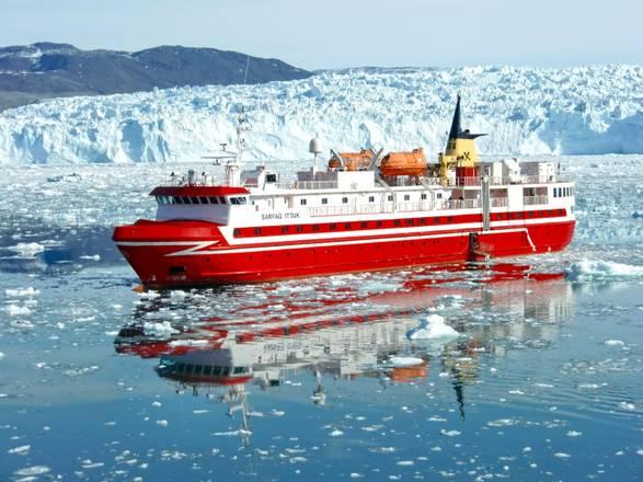 : la motonave Sarfaq Ittuk in navigazione lungo la costa occidentale della Groenlandi