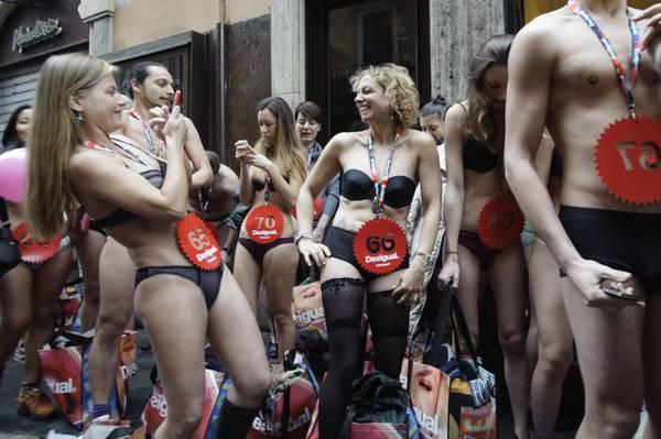 Saldi, clienti in mutande a Roma e Torino - Photostory Curiosità ...