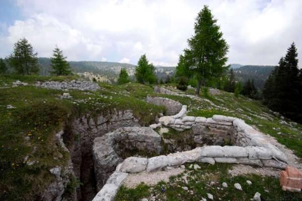 Resti di una trincea sul monte Zebio