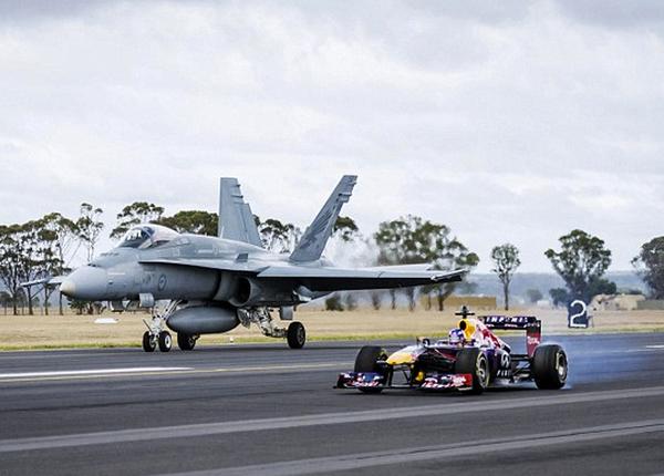 Sfida terra-aria tra Infiniti Red Bull e il caccia RAAF F-18