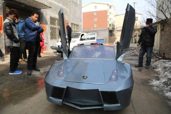 Per portare a scuola nipote costruisce Lamborghini elettrica