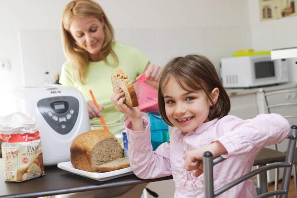 Bimbi mangiano pi verdure se cucinano con genitori - Bambine che cucinano ...