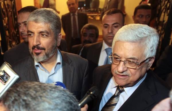 Palestinian President Mahmud Abbas (R) and Hamas leader Khaled Meshal (L) (archive photo)