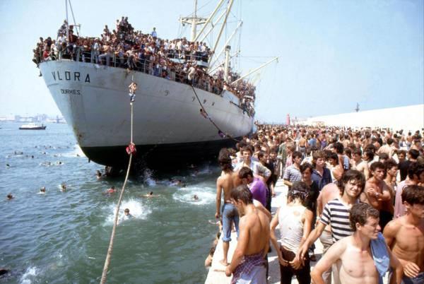 La nave Vlora con migliaia di migranti albanesi che spaventarono l'Italia (www.ansa.it)