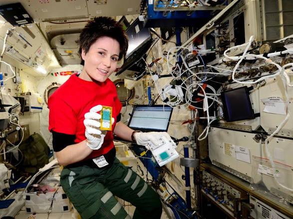 Samantha Cristoforetti a bordo della Iss (fonte: ESA/NASA)