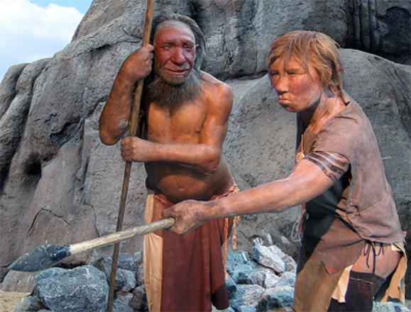 Rappresentazione artistica di uomini di Neanderthal, nel museo Neandertal a Düsseldorf in Germania (fonte: UNiesert e Frank Vincentz)