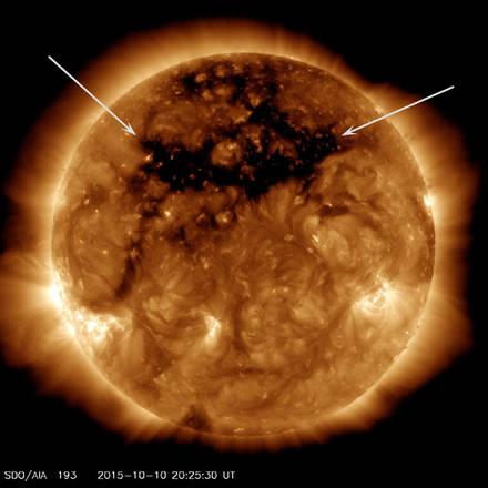 Un gigantesco buco nell'atmosfera del Sole (fonte: NASA/SDO)