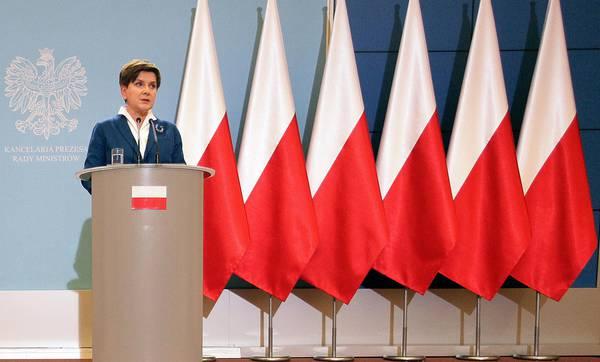 Premier Polonia 'ammaina' bandiera Ue da conferenza stampa