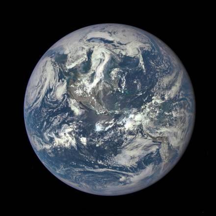 La Terra illuminata dal Sole nell'ultimo ritratto del satellite Deep Space Climate Observatory (fonte: NASA/NOAA)