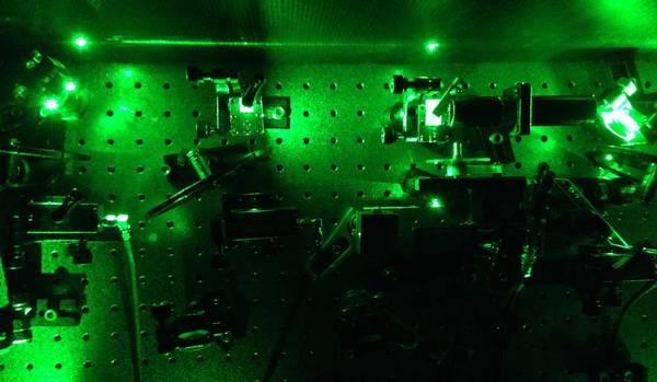 Un momento dell'esperimento 'impossibile' condotto nel laboratorio di Ottica quantistica di Cambridge (fonte: Mete Atature)