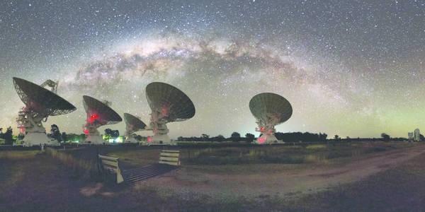 L'Australia Telescope Compact Array (fonte: Alex Cherney)