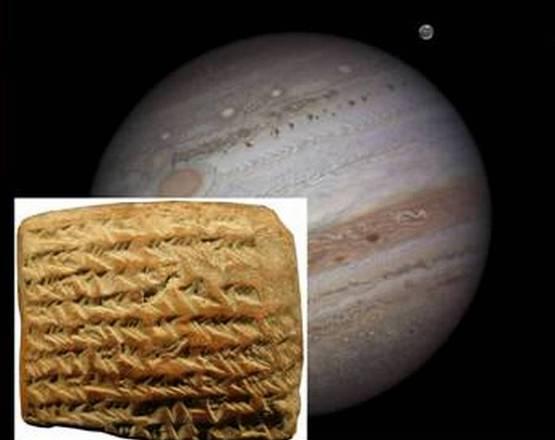 Una delle tavolette babilonesi nelle quali è calcolata la posizione di Giove (fonte: Trustees of the British Museum/Mathieu Ossendrijver), sulla destra un'immagine di Giove (fonte: NASA/Damian Peach)