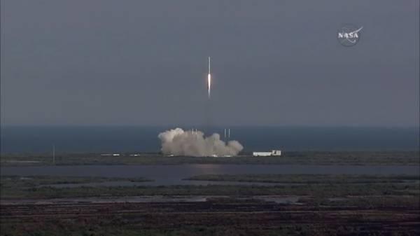 Il lancio del Falcon 9. A bordo c'è la capsula Dragon, con la prima 'casa' spaziale gonfiabile (fonte: NASA TV)