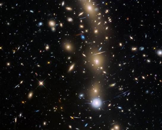 L'ammasso di galassie MACS J0416.1-2403, una delle 6 speciali lenti d'ingrandimento cosmiche che il telescopio spaziale Hubble userà per esplorare le frontiere dell'universo (fonte: NASA,  ESA, HST Frontier Fields team, STScI)