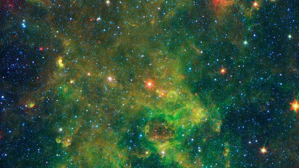Al centro dell'immagine, in arancione, la stella della Via Lattea che si sta ancora formando (fonte: NASA/JPL-Caltech)