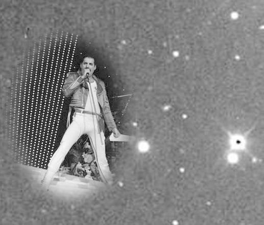 Il puntino bianco più vicino alla foto di Freddie Mercury è l'asteroide dedicato alla voce dei Queen. La foto dell'asteroide è di Brian May