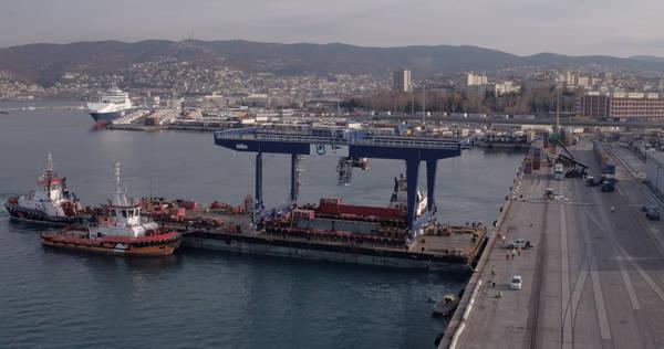 Porti trieste attraccata nuova gru transtainer da 45 - Nuova portaerei italiana trieste ...