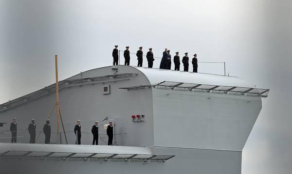 La nuova portaerei queen elizabeth arriva alla base di - Nuova portaerei ...