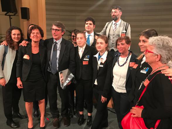 Studenti e professori dell'Instituto Einstein Nebbia e il vice presidente del Parlamento europeo David Sassoli