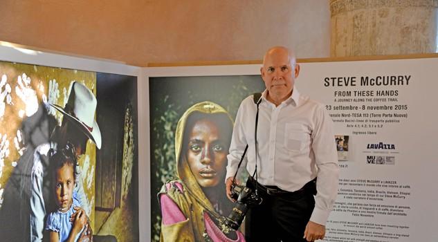 Fabio Novembre Allestisce La Mostra Lavazza : Venezia mostra foto mccurry ad arsenale il mondo del