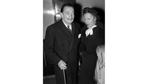 Dal e Gala 26th April 1955: Spanish artist Salvador Dali (1904 - 1989) and his wife Gala in London. (Photo by Barham/Express/Getty Images)