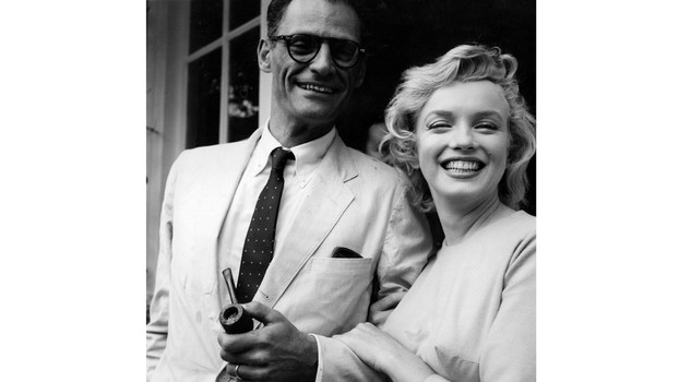 Miller e Monroe American film star Marilyn Monroe (1926 - 1962) outside her home in Englefield Green with her third husband American playwright Arthur Miller. Original Publication: People Disc - HN0485 (Photo by Evening Standard/Getty Images)