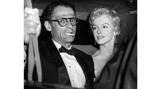 Miller e Monroe American film actress Marilyn Monroe (1926 - 1962) and her husband, American playwright, Arthur Miller arrive at the Berkshire home of playwright, Terence Rattigan for a private party. (Photo by Keystone/Getty Images)