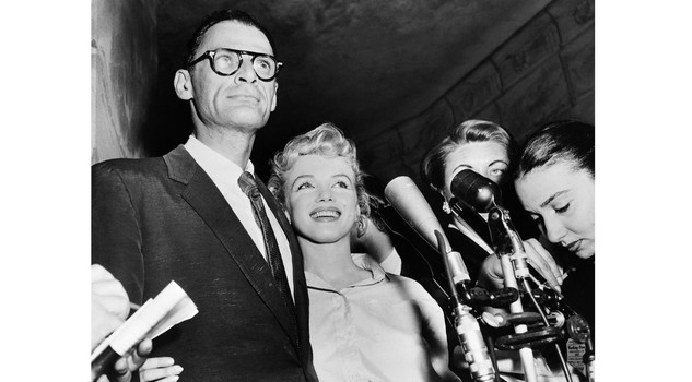 Miller e Monroe A undated picture shows US actress Marilyn Monroe (C) and her husband US playwright Arthur Miller (L). AFP PHOTO (Photo credit should read /AFP/Getty Images)