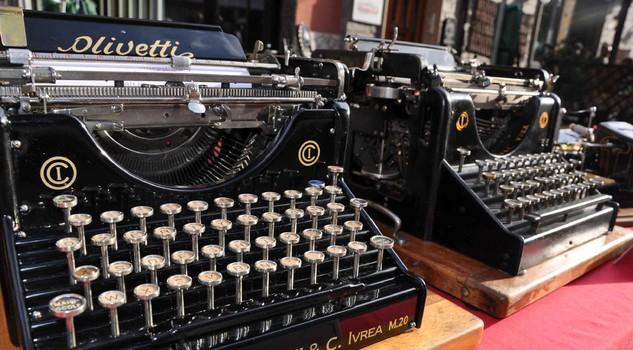 A Cesenatico il raduno delle macchine per scrivere, un modello Olivetti