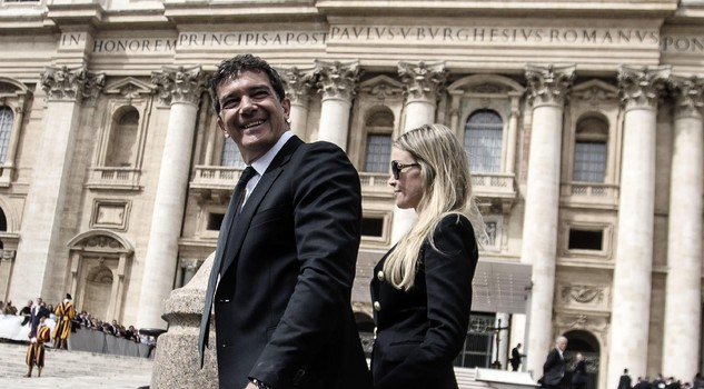 Spanish actor Antonio Banderas with his girlfriend Nicole Kimpel in St.Peter's Square for Pope Francis Wednesday's General Audience, Vatican City, 13 April 2016. ANSA/ ANGELO CARCONI