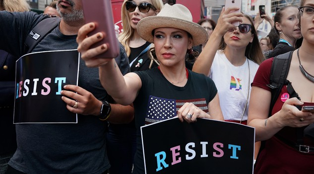 Alyssa Milano ha rilanciato l'hashtag #Metoo The power of three (or more).	(Reuters/Carlo Allegri)